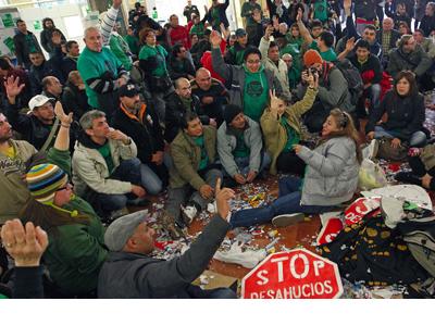 Acto contra los desahucios en la central del BBVA en Barcelona - EFE