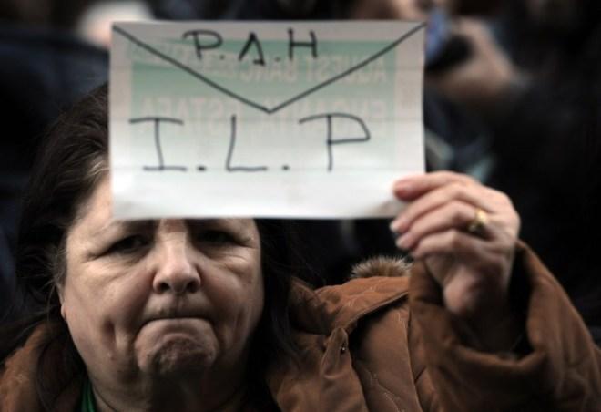 Manifestante à porta do Parlamento espanhol