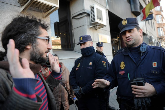 Una treintena de integrantes del 15 M Lavapies acudieron a entregarse a la comisaría. FERNANDO SÁNCHEZ