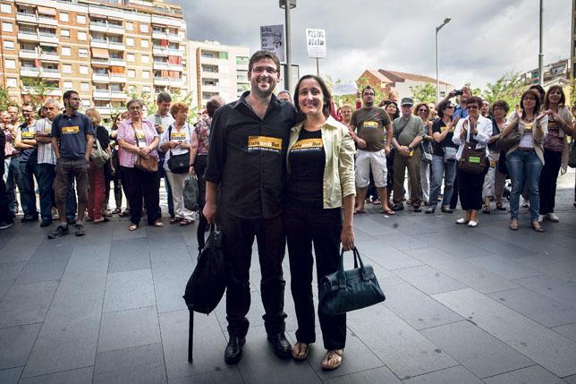 Albano Dante y Marta Sibina, en una concentración de apoyo a 'Cafè amb llet'. / RAMÓN SERRA