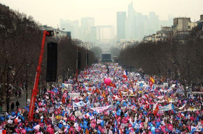 Plusieurs centaines de milliers d'opposants au «mariage pour tous» étaient rassemblés cet après-midi à Paris sur un axe allant de l'arche de La Défense à l'Arc de Triomphe pour demander une nouvelle fois le retrait d'un texte déjà voté à l'Assemblée. Selon les organisateurs, 1,4 millions de personnes ont répondu à leur appel. La police compte elle 300.000 personnes. Crédits photo : PIERRE ANDRIEU/AFP
