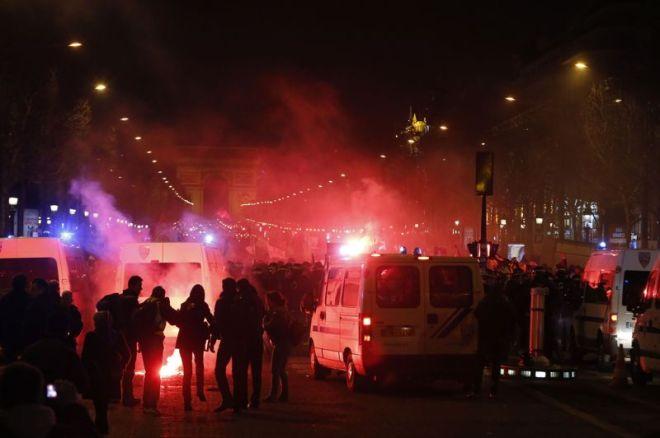 Les forces de l'ordre délogé par la force des Champs-Élysées les quelques centaines de manifestants récalcitrants qui refusaient de quitter les lieux en début de soirée. Ils ont utilisé leurs matraques et des gaz lacrymogènes. Crédits photo : PIERRE VERDY/AFP