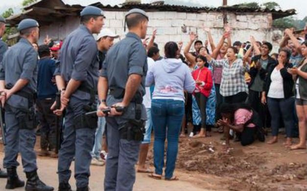 Impressionante foto de uma criancinha negra, ajoelhada, rogando para os policiais. Tal cena de humilhação, de desespero, a imprensa está chamando de conflito, de resistência