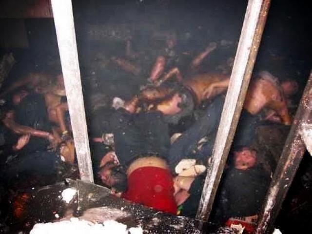 Os corpos amontados no banheiro da boiate Kiss