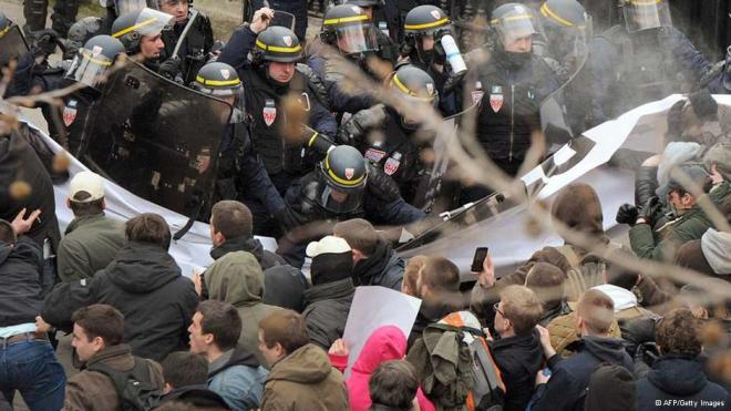 Polícia impediu manifestantes de invadir a avenida Champs Elysees