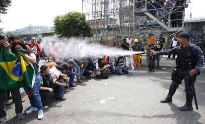 Polícia joga spray de pimenta em fotógrafos, jornalistas e ativistas dos movimentos sociais que protestam contra o conchavo Eike-Sérgio Cabral.  Para dispersar os manifestantes, vale tudo: chute, pontapé, tiros de bala de borracha e spray de pimenta