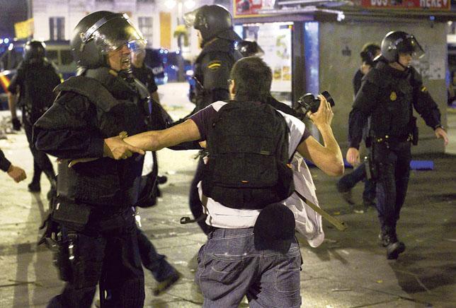 Policías impiden trabajar a un fotógrafo el pasado 12 de mayo en Madrid / JOSÉ LUÍS CUESTA