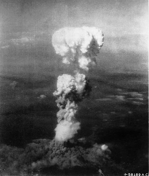 A nuvem de cogumelo sobre Hiroshima após a queda da Little Boy