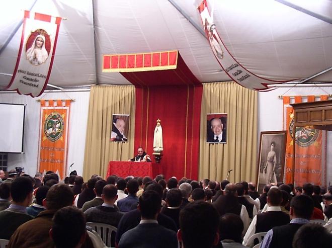 Plínio Corrêa de Oliveira preside solenidade da TFP ladeado pelas imagens da mãe e de Nossa Senhora