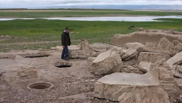 Ullum, sin agua: el bajo caudal de agua del río San Juan dejó al descubierto después de 30 años las ruinas de la vieja bodega Graffigna que había quedado sepultada en el embalse de Ullum. Hoy la gente puede recorrerlas a pie