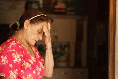 A aposentada Margarida Freitas chora diante da falta de água em Catitu de Cima (Pacoti). Os poços estão secando e não há açude