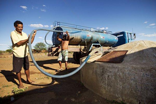 Abastecimento de cisterna com caminhão pipa em Serra Talhada, Pernambuco Abastecimento de cisterna com caminhão pipa em Serra Talhada, Pernambuco Alexandre Mazzo