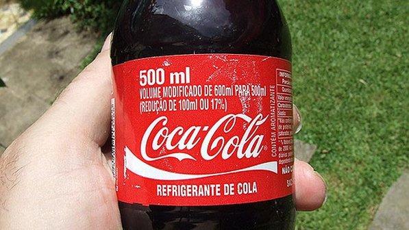 Coca-Cola não divulgou a mudança do volume nos rótulos: de 600 ml para 500 ml.