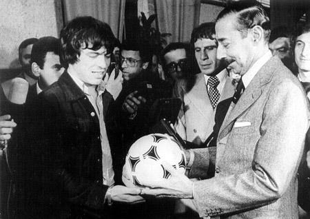 El entonces capitán de la Selección, Daniel Passarella, llevó de obsequio una pelota al dictador Jorge Videla.