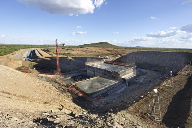 Em Salgueiro (PE), água bombeada do reservatório passará 180 metros acima do leito do São Francisco e dali a força da gravidade vai distribuí-la para 4 estados. Alexandre Mazzo