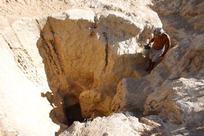 Em Tauá, cacimbão é cavado %22no braço%22 pelos moradores da região. A areia retirada influencia na qualidade da água