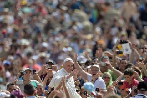 El Papa, durante su paseo por la Plaza de San Pedro.  Afp