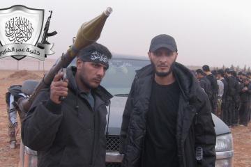 Khalid al-Hamad, à esquerda, em uma foto sem data, que apareceu originalmente no site do grupo rebelde sírio, o Independent Omar al-Farouk Brigade, que ele comanda
