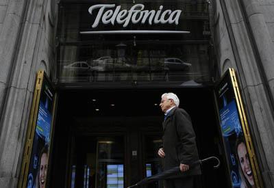 Entrada de la sede de Telefónica en la Gran Vía madrileña. REUTERS