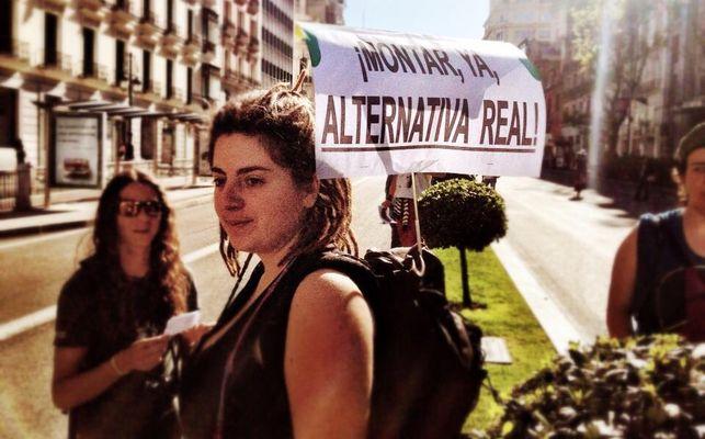 Una chica muestra su pancarta durante la marcha del 15M. Foto: Juan Luis Sánchez