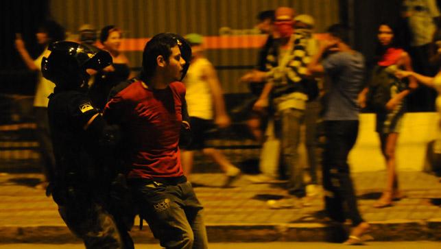 Fotos da prisão de estudantes por Diego Nigro/ Folha da Manhã