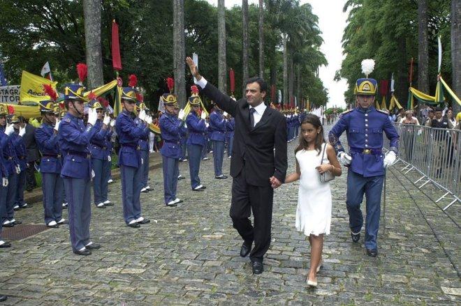 Aécio Neves e sua filha, Gabriela, na cerimônia de posse do Governo de Minas. Foto: Eugênio Sávio, no portal de Aécio no Senado