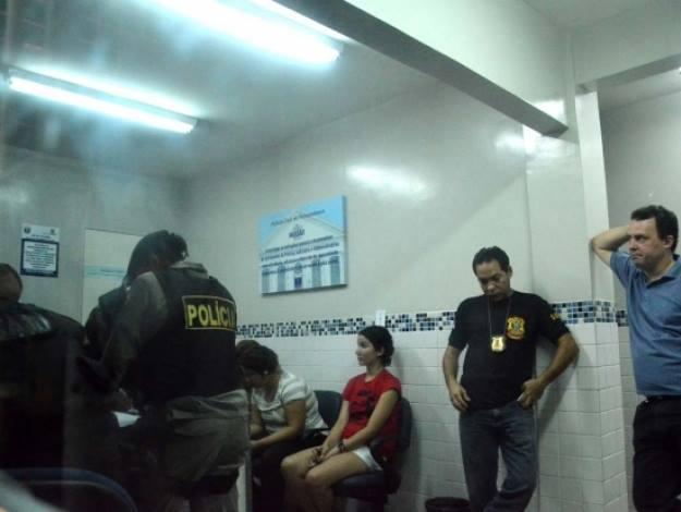 Cris Patos, sem advogado, e cercada de policiais, esperando a hora de depor.