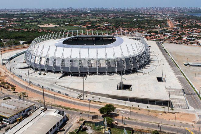 Estádio Governador Plácido Castelo (Castelão) rodeado de casebres