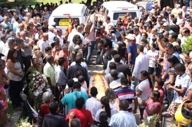 Sepultamento do jornalista Rodrigo Neto de Faria. O Brasil espera que a polícia mineira não enterre o caso