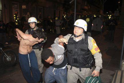 La policía arresta a dos manifestantes en Porto Alegre, al sur del país. (Foto REUTERS, STRINGER:BRAZIL)