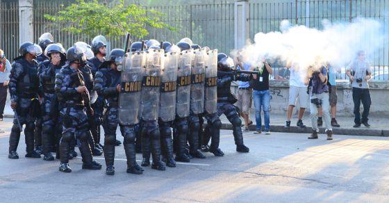 La policía se enfrenta a los manifestantes alrededor del estadio. TASSO MARCELO (AFP)
