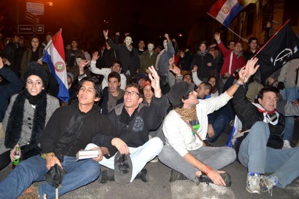 Sentata frente a cascos azules. Foto: Charizar