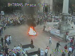 Policiais queimam o caixão do governador de Minas Gerais