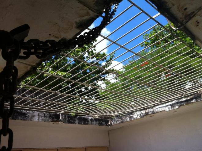 Na Mangabeira, corrente foi colocada para evitar novas invasões de traficantes na escola