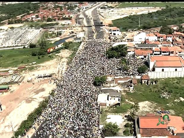 Protesto em Fortaleza. Apresenta da Verdes Mares mostra apenas a parte final. É uma foto cortada. Falta a cabeça.