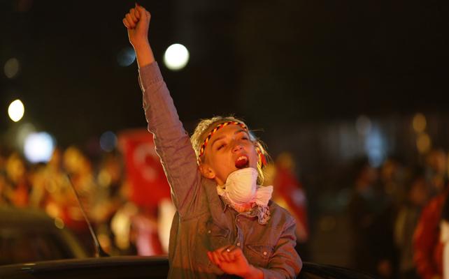 Una manifestante levanta el puño en una manifestación en Ankara.- UMIT BEKTAS (REUTERS)