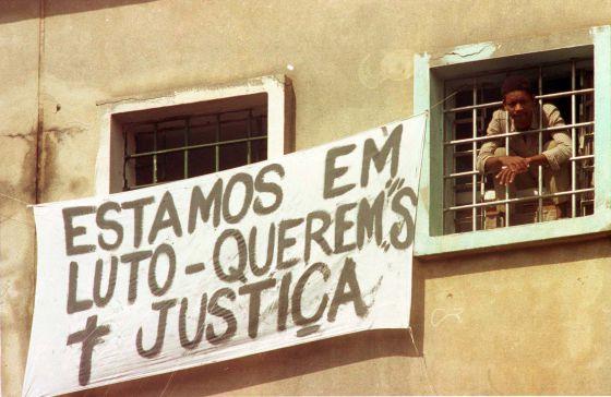 Un prisionero se asoma de la cárcel de Carandiru, en 1992. / EPITACIO PESSOA (AP)