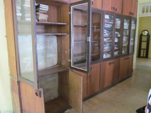 """Esta é a única estante da """"biblioteca"""". Foto Sinjope"""