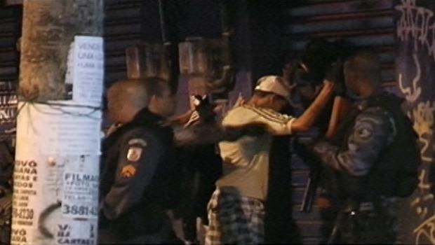 """A operação deflagrada pela polícia no Complexo da Maré, na Zona Norte do Rio, levou terror aos moradores da comunidade. O SRZD conversou com uma delas, que relatou como está a situação no local. Segundo a moradora, que prefere não ser identificada, o que ocorreu não foi uma simples operação policial. """"Foi uma chacina. Já são pelo menos 11 pessoas mortas"""", afirmou. """"Houve, inclusive, morte a facadas. Aqui, as balas não são de borracha. Aqui é de fuzil""""."""