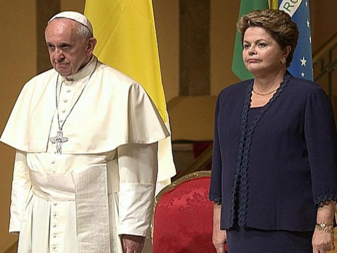O Papa Francisco e Dilma Rousseff escutam os hinos do Vaticano e do Brasil