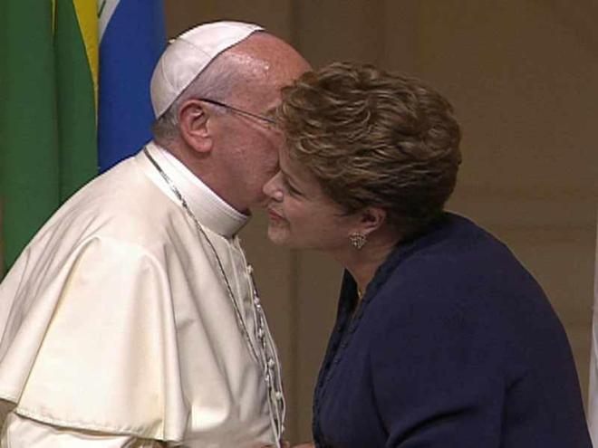 Francisco quebra protocolo ao beijar Dilma