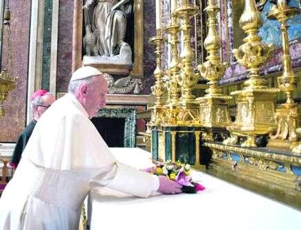 Papa Francesco nella basilica di Santa Maria Maggiore per pregare la Madonna