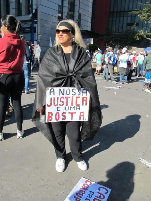 Cartaz exibido esta semana em passeata na Avenida Paulista, São Paulo