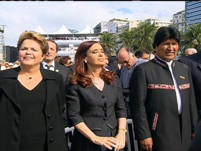 TRÊS MILHÕES DE JOVENS. Dilma em Copacabana, acompanhada pelos presidentes da Argentina, Cristina Krischner, e da Bolívia, Evo Morales