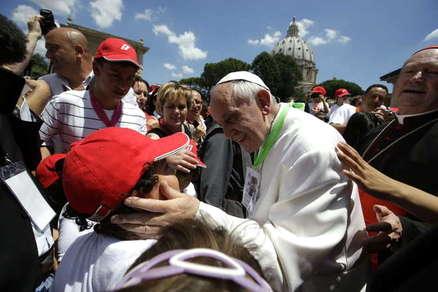 O Papa em Roma sempre abraçou o povo. Por que no Brasil seria diferente?