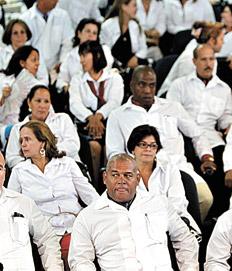 Médicos extranjeros participan de un entrenamiento en la Universidad de Brasilia. Imagen: EFE