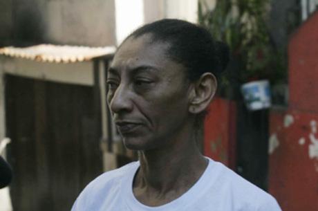 Uma mãe de família, por ter sido esposa do falecido Amarildo, a polícia transforma em traficante e torturadora