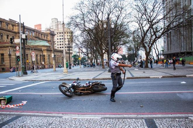 Oficial covarde e fujão, atirando com balas de chumbo. Fotos de Jardiel Carvalho