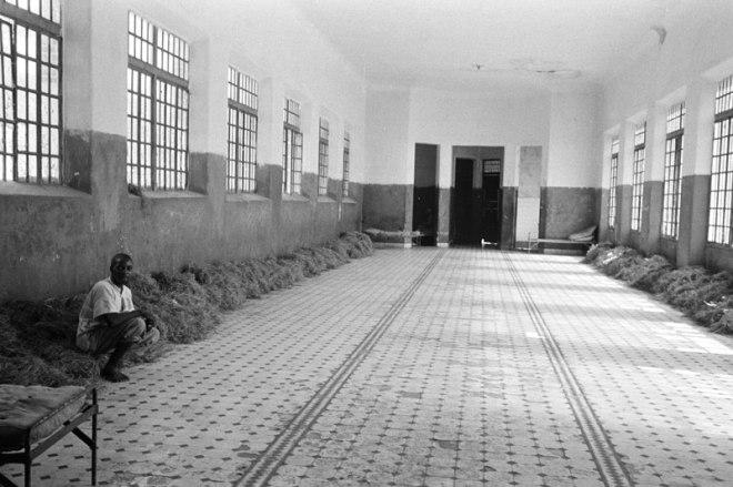 """Pavilhão onde internos dormiam no """"leito único"""", nome oficial para substituição de camas por capim"""