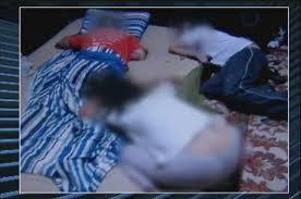 Pai de Marcelo deitado, Marcelo e mãe ajoelhados. Compare as duas chacinas